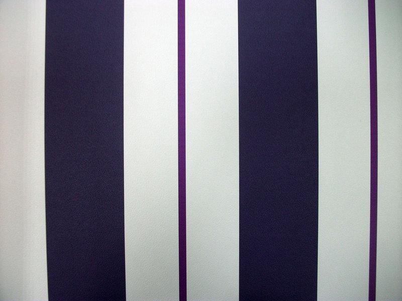 papel pintado rayas morado y blanco